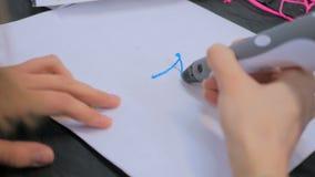 Женщина используя ручку печатания 3D Стоковое фото RF
