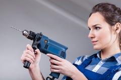 Женщина используя сверло стоковое изображение rf