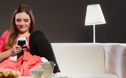 Женщина используя сообщения мобильного телефона отправляя СМС Стоковые Изображения RF