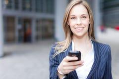 Женщина используя сотовый телефон стоковое фото rf