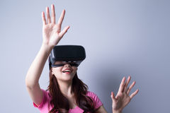 Женщина используя стекла шлемофона VR Стоковые Изображения RF