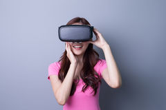 Женщина используя стекла шлемофона VR Стоковые Фотографии RF
