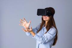 Женщина используя стекла VR стоковые изображения rf