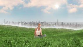 Женщина используя таблетку в поле около города бесплатная иллюстрация
