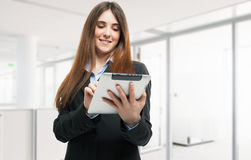 Женщина используя таблетку стоковое фото rf
