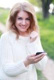 Женщина используя телефон стоковые изображения