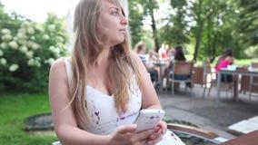 Женщина используя телефон видеоматериал
