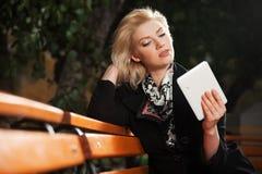 Женщина используя цифровой планшет Стоковое Фото