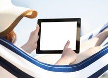 Женщина используя цифровую таблетку в гамаке Стоковые Изображения RF