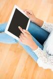 Женщина используя цифровую таблетку на поле Стоковое Изображение