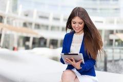 Женщина используя цифровую таблетку стоковые фото