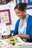 Женщина используя электрическую швейную машину Стоковое Изображение