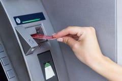 Женщина используя ATM стоковое изображение