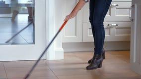 Женщина используя mop для очищать акции видеоматериалы