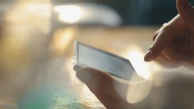 Женщина используя Smartphone, конец вверх по съемке с мягким Bokeh