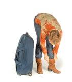 Женщина исправляет ботинок около чемодана Стоковое Фото
