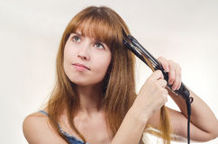 Женщина исправляет острозубцы волос Стоковое Изображение