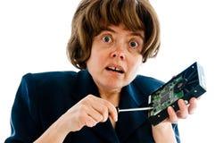Женщина исправляя жесткий диск с отверткой Стоковое Изображение