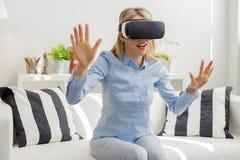 Женщина испытывая виртуальную реальность Стоковые Фото