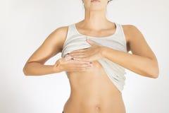 Женщина испытывая ее грудь для рака Стоковые Фотографии RF