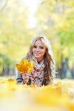 женщина листьев осени лежа Стоковые Фото