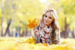 женщина листьев осени лежа Стоковая Фотография