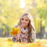 женщина листьев осени лежа Стоковые Изображения