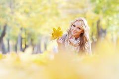 женщина листьев осени лежа Стоковые Фотографии RF