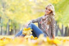 женщина листьев осени лежа Стоковое Изображение