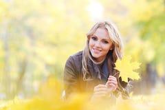 женщина листьев осени лежа Стоковые Изображения RF