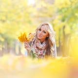 женщина листьев осени лежа Стоковая Фотография RF