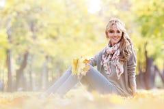 женщина листьев осени лежа Стоковое фото RF