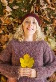 Женщина лист осени Стоковая Фотография