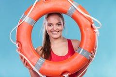 Женщина личной охраны на обязанности с томбуем кольца lifebuoy Стоковая Фотография