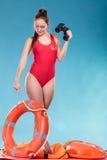 Женщина личной охраны на обязанности с томбуем кольца lifebuoy Стоковая Фотография RF