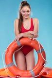 Женщина личной охраны на обязанности с томбуем кольца lifebuoy Стоковые Фото