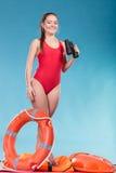 Женщина личной охраны на обязанности с томбуем кольца lifebuoy Стоковое Изображение RF