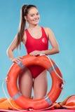 Женщина личной охраны на обязанности с томбуем кольца lifebuoy Стоковое Изображение