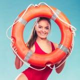 Женщина личной охраны на обязанности с томбуем кольца lifebuoy Стоковые Изображения RF