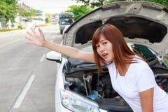 Женщина ища помощь после нервного расстройства автомобиля, стоя кроме c Стоковое Изображение