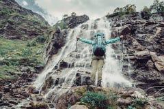 Женщина и водопад Hiker Стоковая Фотография RF