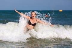 Женщина и волна Стоковые Фото