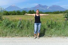 Женщина и вулкан стоковая фотография