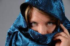 Женщина и голубая вуаль Стоковое Изображение RF