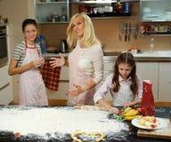 Женщина и 2 девушки делая тесто Стоковое фото RF