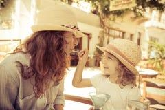 Женщина и девушка битника в кафе лета Стоковая Фотография