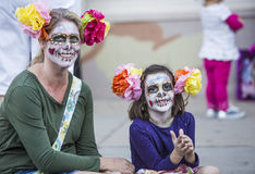 Женщина и девушка в Dia De Лос Muertos Составе Стоковые Изображения RF