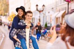 Женщина и девушка нося мальчика смеясь над снимая их Стоковая Фотография