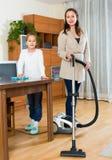 Женщина и девушка очищая дома Стоковые Фотографии RF