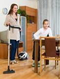 Женщина и девушка очищая дома Стоковые Изображения RF
